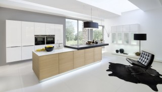 Kuchyně NOLTE Nature 565/ Glas Tec Plus 16W Dub koňak/Bílá vysoký lesk